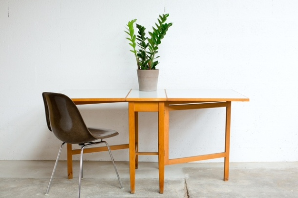 TA_045_TABLE_PLIANTE_SCANDINAVE_VINTAGE_EAMES_SHELL
