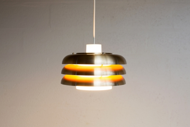 LI_041_SUSPENSION_SCANDINAVE_VINTAGE_COUPELLES_DORE_INTERIEUR_ORANGE_BLANC_PERSPEX
