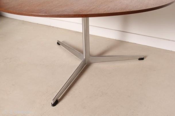 table-basse-ronde-et-tripode-par-arne-jacobsen-pour-fritz-hansen-de-1963-2