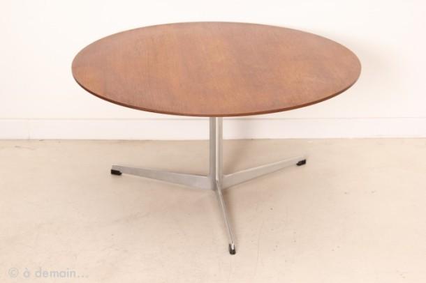 table-basse-ronde-et-tripode-par-arne-jacobsen-pour-fritz-hansen-de-1963